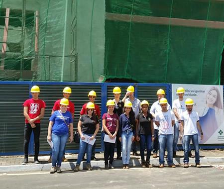 Alunos da Engenharia Civil visitam obra no Shopping Uberaba